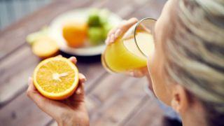 Zumo de naranja recién exprimido para desayunar.