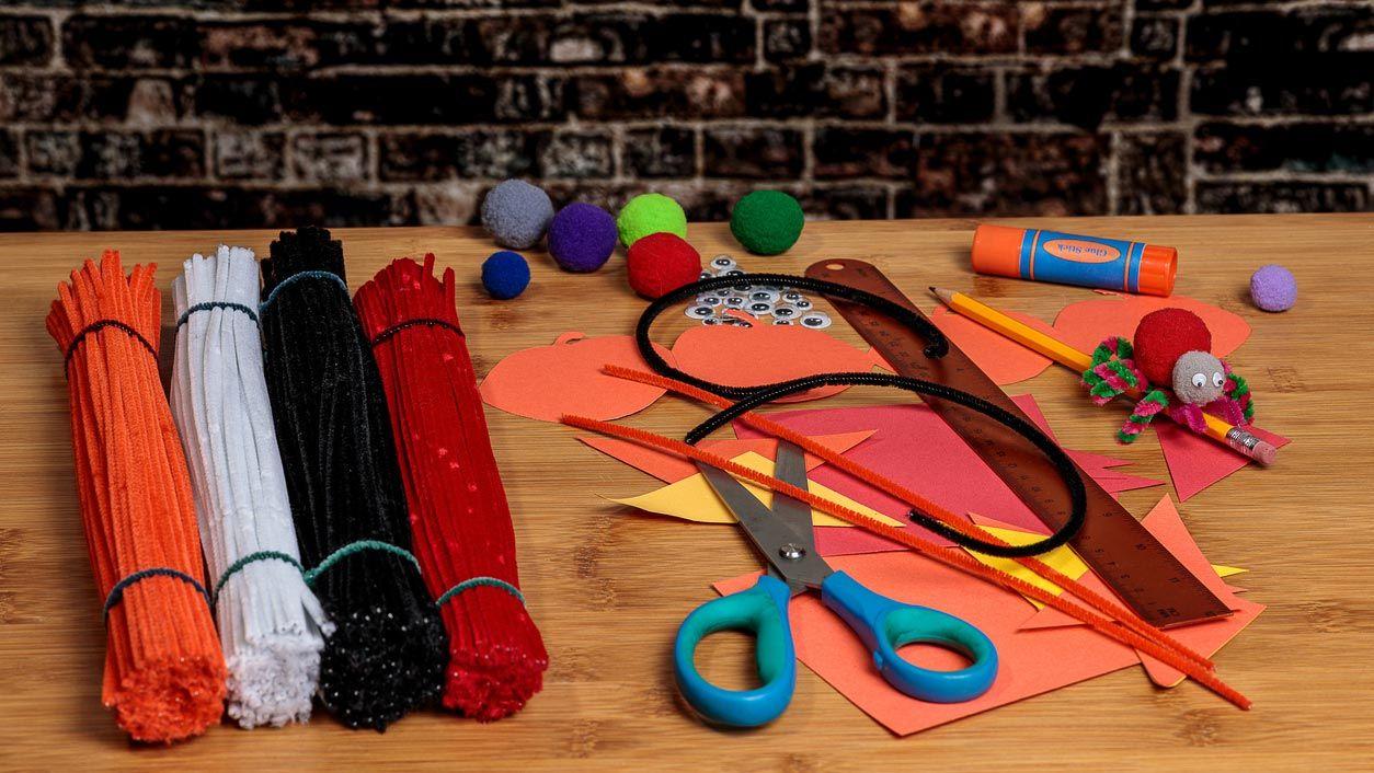 Materiales necesarios para hacer arañas con limpiapipas