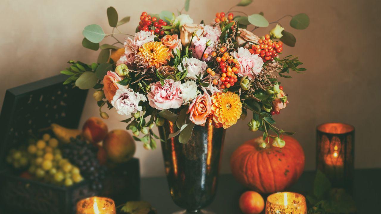 arreglo floral de crisantemos y calabazas