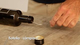 Cómo hacer una lámpara de mesa con una botella de cristal