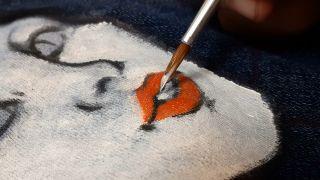Cómo pintar a La Catrina en una chaqueta vaquera paso 3
