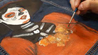 Cómo pintar a La Catrina en una chaqueta vaquera paso 5