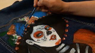 Cómo pintar a La Catrina en una chaqueta vaquera paso 6