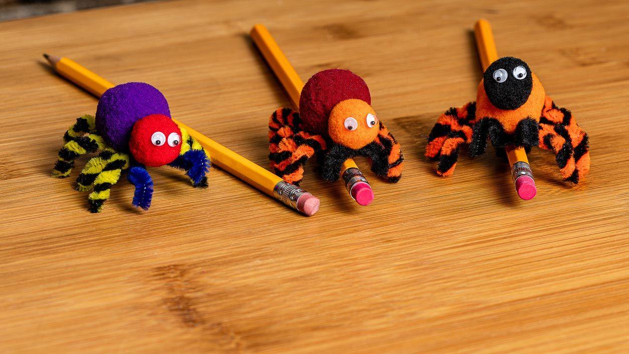 Arañas con limpiapipas: Manualidad de Halloween