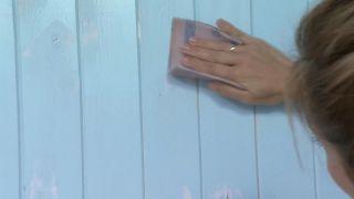 Tapar vetas, agujeros e imperfecciones de la madera con pintura poco cubriente paso 3