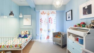 Transformar una sala en un dormitorio infantil sencillo y acogedor con friso azul