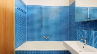 Azulejos pequeños y azules para el baño