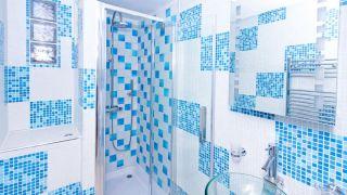 Decorar el baño en azul de estilo atrevido