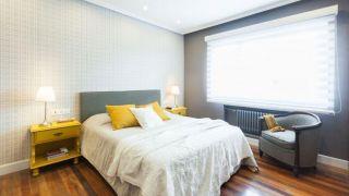 Dormitorio elegante en gris y amarillo