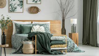 Dormitorio en verde caqui con muebles de madera