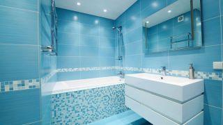 Baño azul con mobiliario blanco