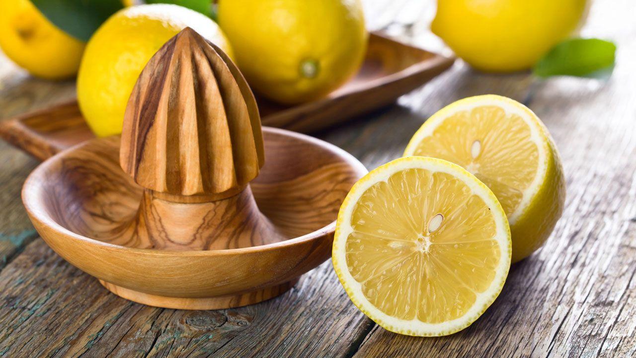 Limón y exprimidor.