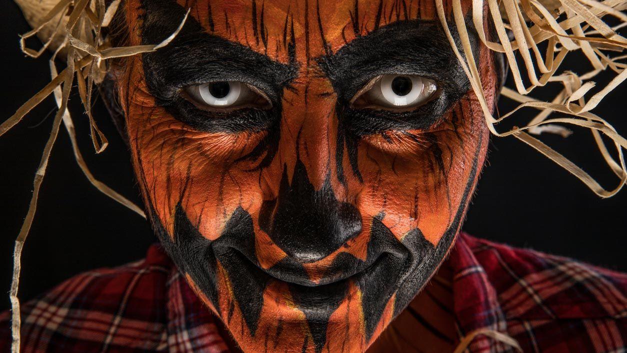 Lentillas blancas para un maquillaje de calabaza terrorífica de Halloween