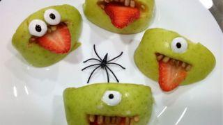 Monstruos verdes con lengua de fresa