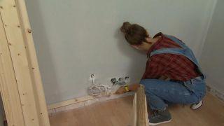 Transformar una sala en un dormitorio infantil sencillo y acogedor con friso azul paso 2
