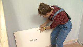 Transformar una sala en un dormitorio infantil sencillo y acogedor con friso azul paso 3
