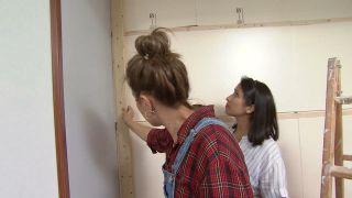 Transformar una sala en un dormitorio infantil sencillo y acogedor con friso azul paso 4