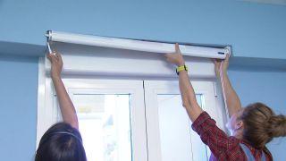 Transformar una sala en un dormitorio infantil sencillo y acogedor con friso azul paso 7