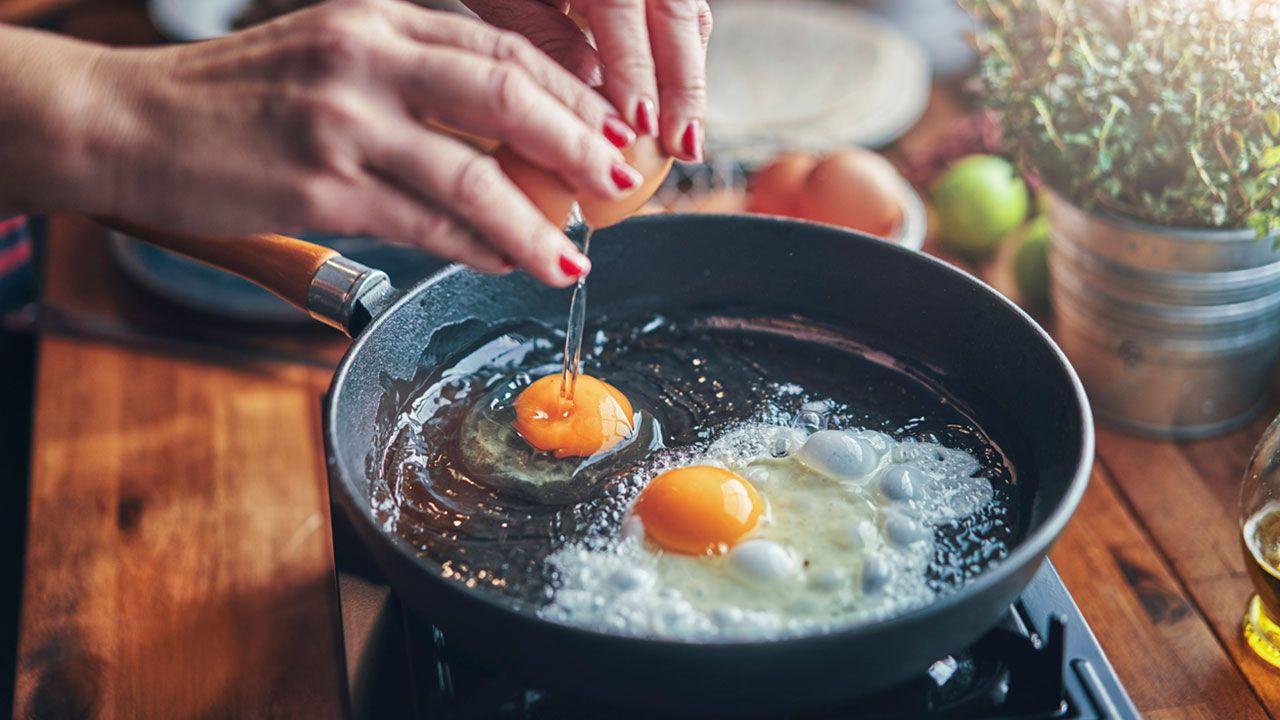 3 trucos para freír un huevo sin que salte el aceite