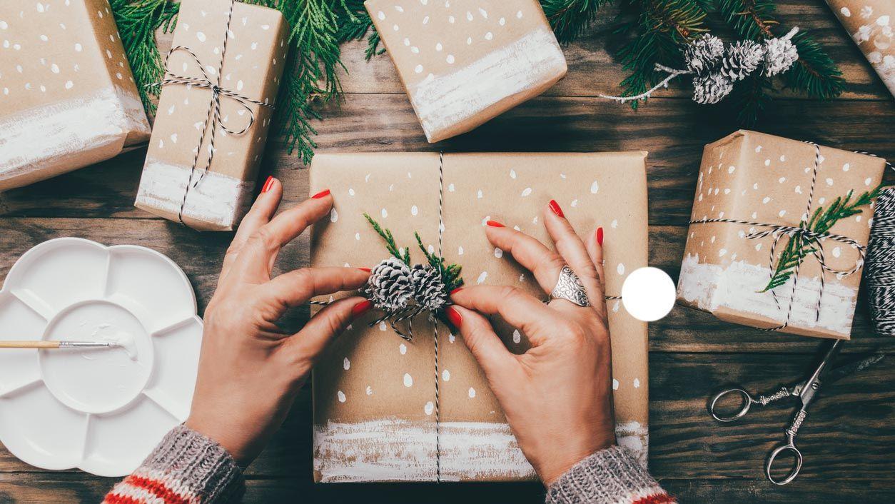 Decorar un regalo de Navidad con acuarela