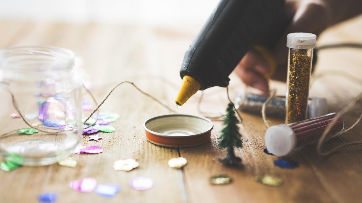 Cómo hacer una bola de nieve de Navidad casera
