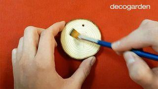 Cómo pintar discos de madera navideños - Paso 1