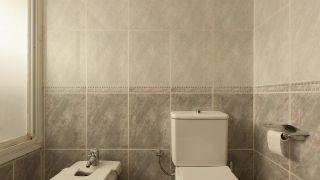 Alcohol o disolvente: Los productos clave para limpiar los azulejos antes de pintar