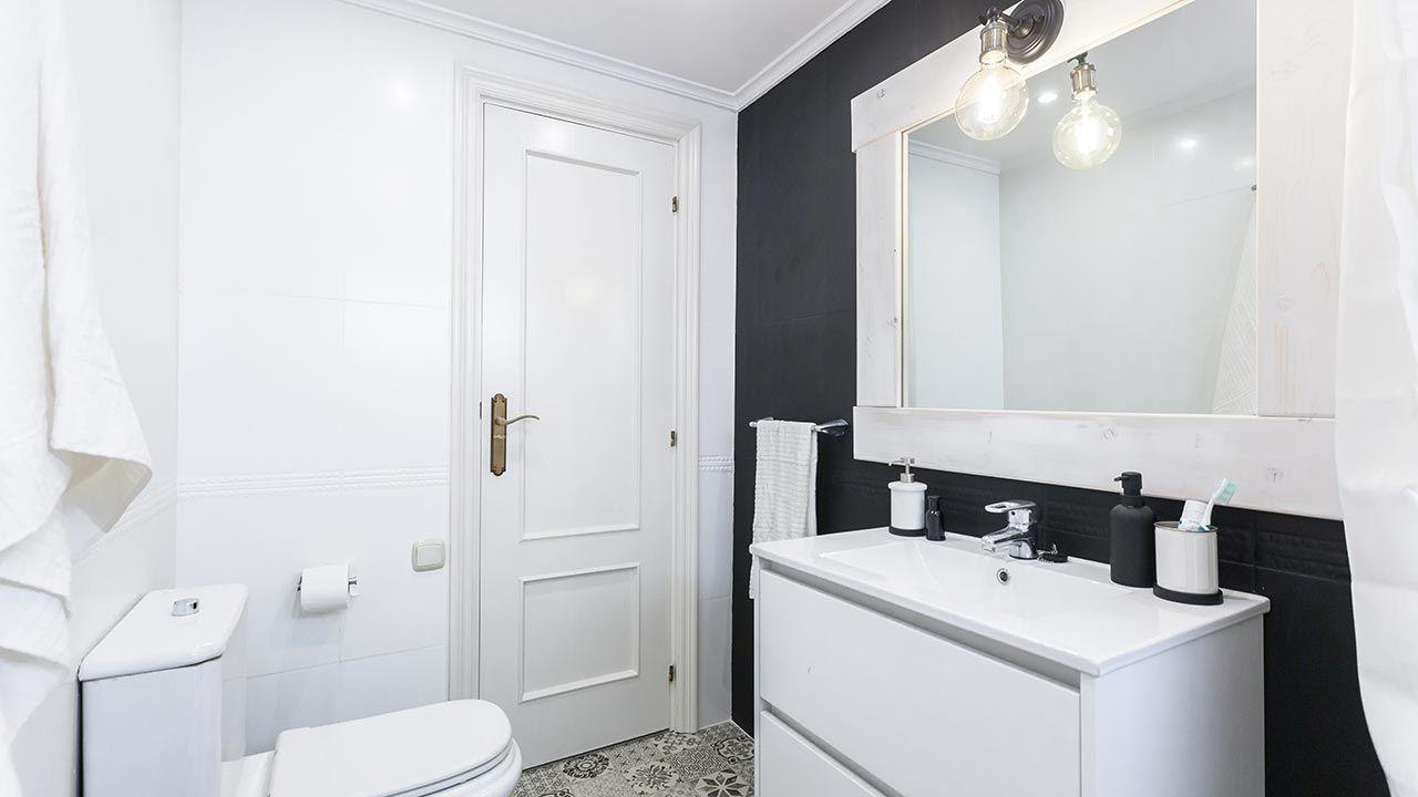 Cuarto de baño moderno en blanco y negro