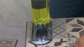 Cómo encajar un revestimiento de suelo con la jamba de la puerta paso 3