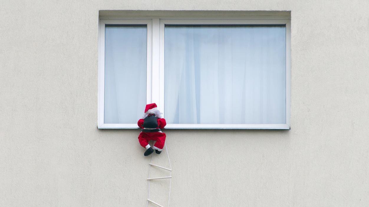 Papá Noel colgante para adornar el balcón en Navidad