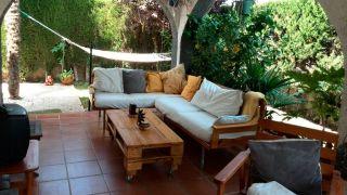 Rincón con muebles de madera de palés