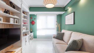 Salón nórdico en blanco y verde con decoración navideña