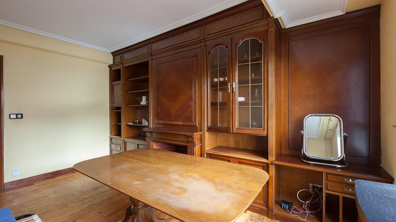 Salón amplio y anticuado