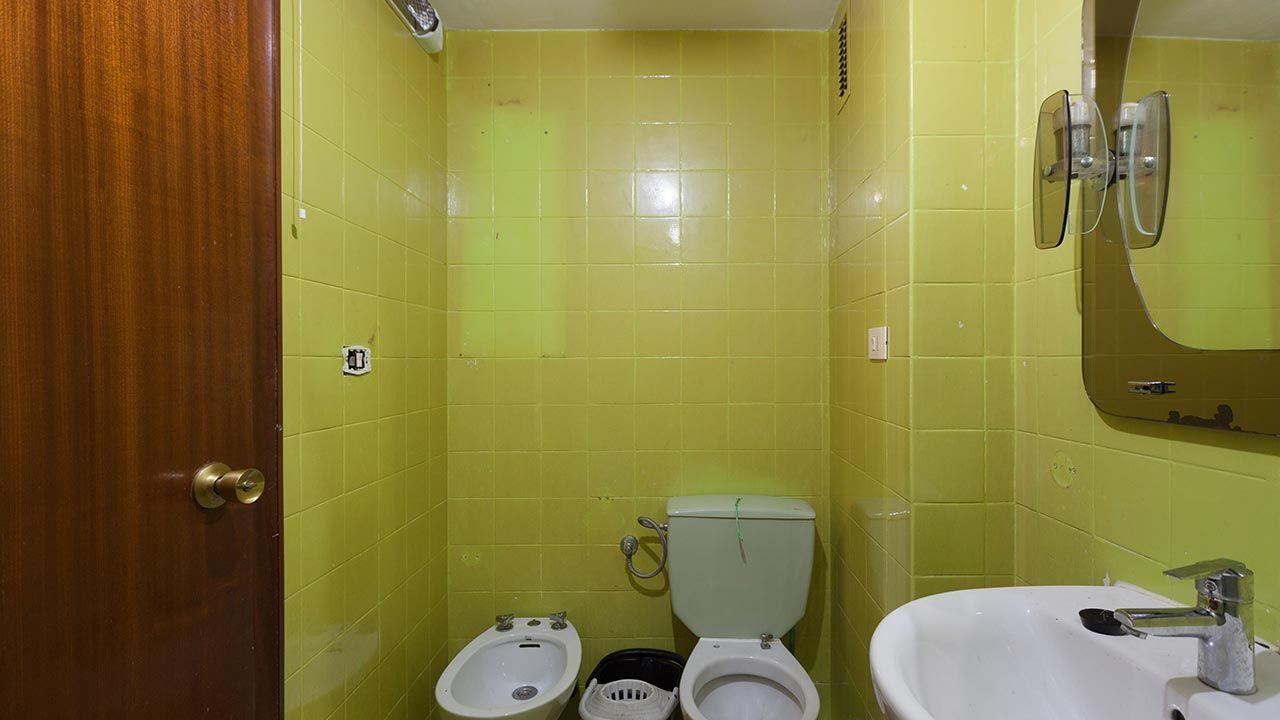 Cuarto de baño vintage en rosa y dorado - Antes