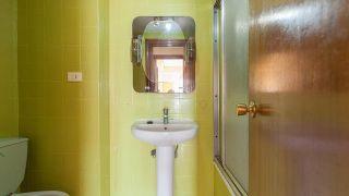 Cuarto de baño vintage luminoso en rosa y dorado - Antes