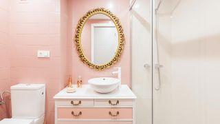 Cuarto de baño vintage luminoso en rosa y dorado
