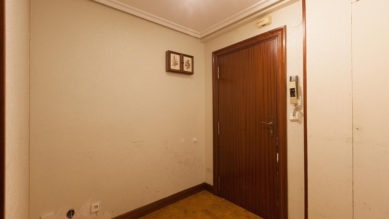 Decorar recibidor antiguo, vacío y anticuado