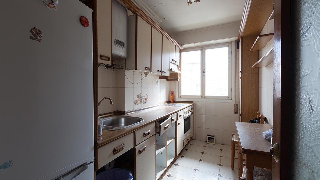Decorar una cocina pequeña y deteriorada.