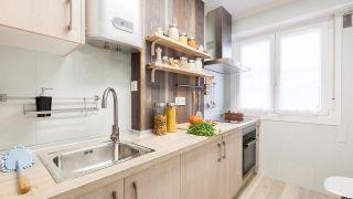 Cocina pequeña en madera y sin obra: ¡Saca el máximo partido a cada espacio!