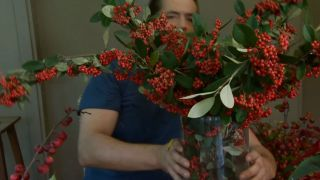 Arreglo floral con Cotoneaster lacteus
