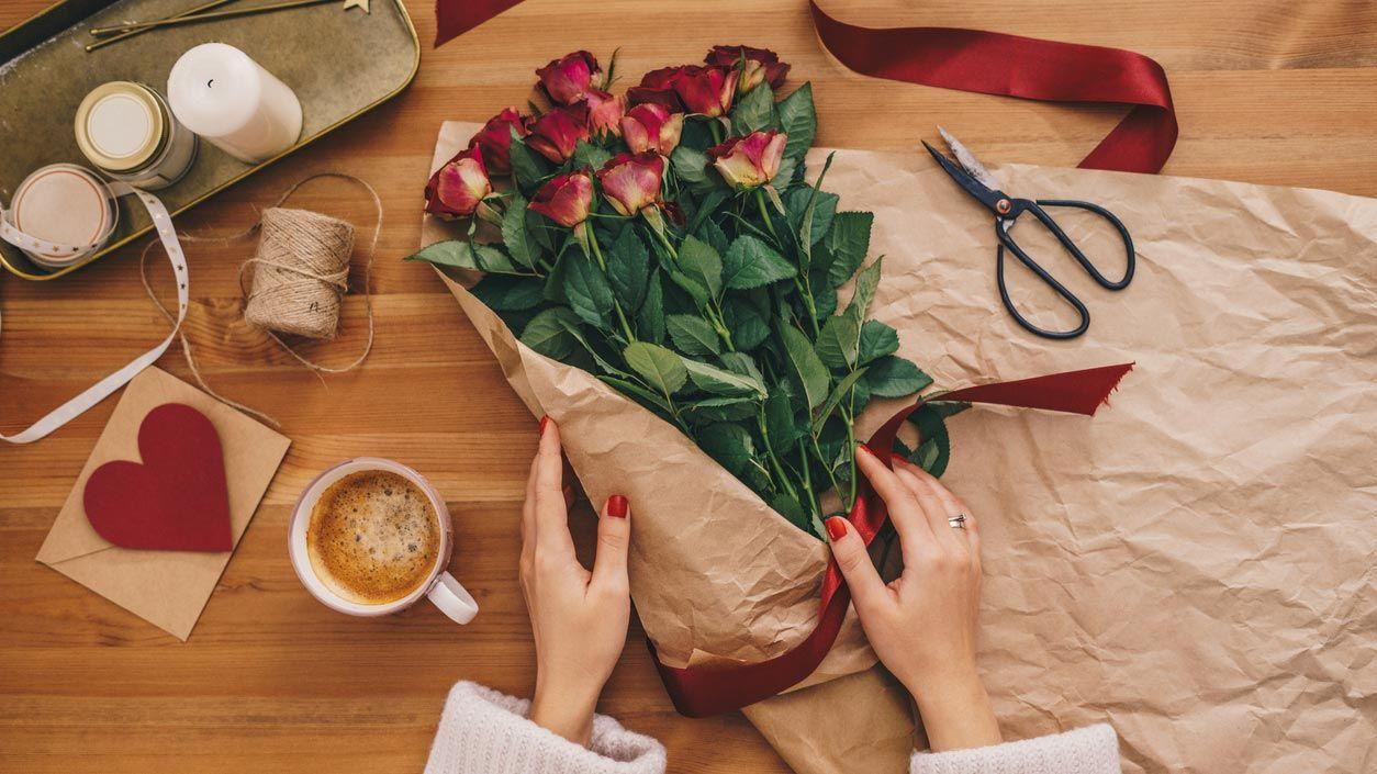 Envolver un ramo para San Valentín