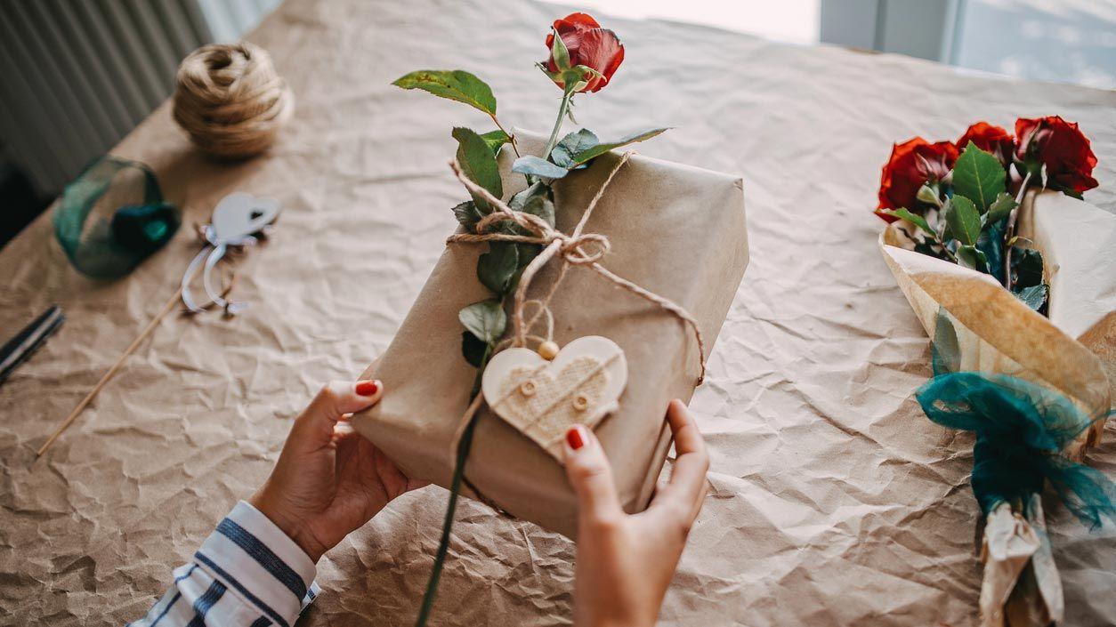 Envolver regalo de San Valentín con una rosa