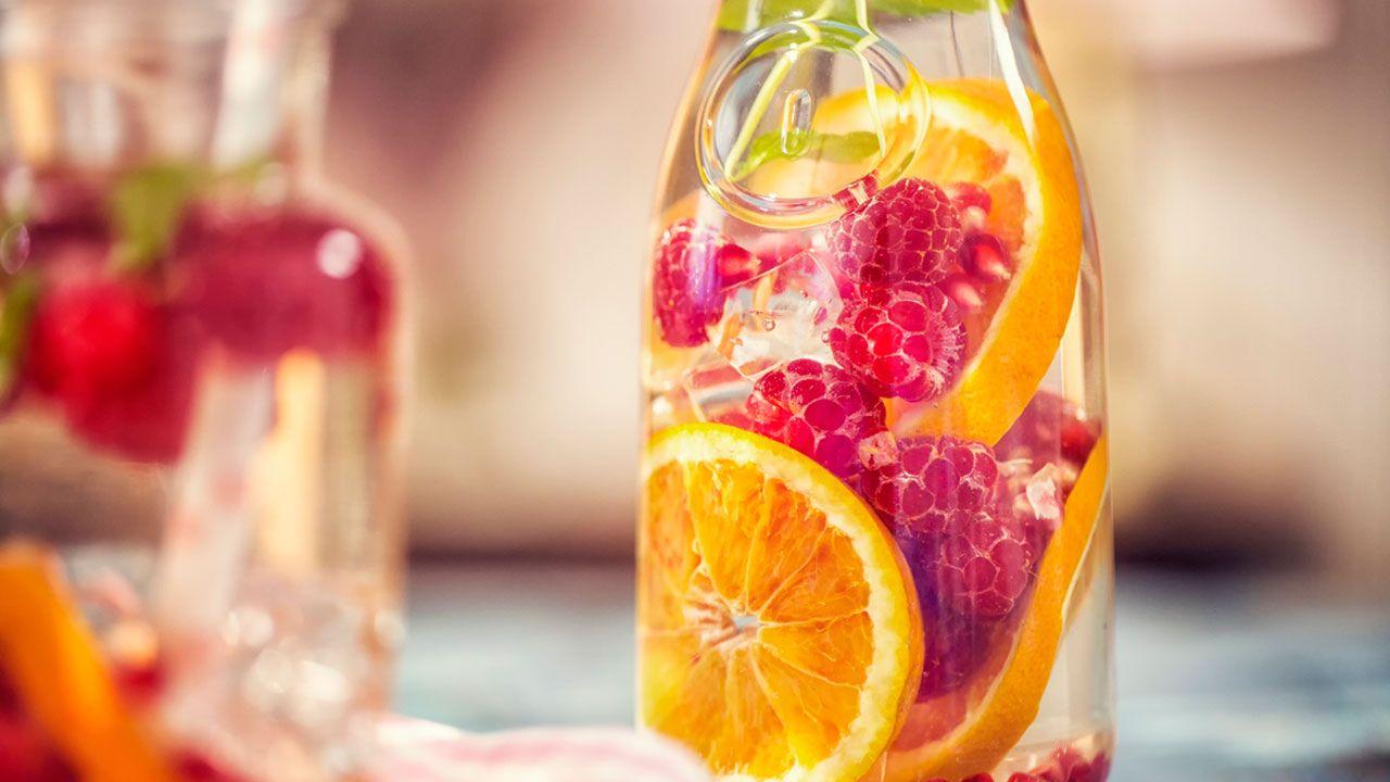 Agua con trozos de frutas para darle sabor
