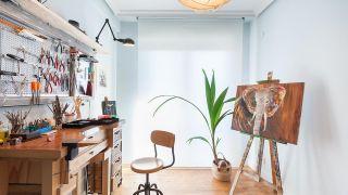Decorar taller acogedor de joyería, dibujo y pintura