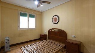 Dormitorio vintage con alfombras pintadas - Antes