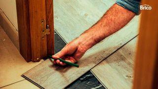 Como poner un suelo de lamas debajo del marco de la puerta