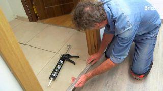 Cómo poner un suelo de lamas debajo del marco de la puerta