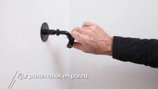 Cómo fijar un pasamanos en la pared