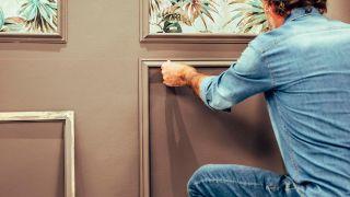 Decorar la pared con molduras de cuarterones