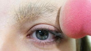 Cómo tapar las cejas con maquillaje - Paso 3